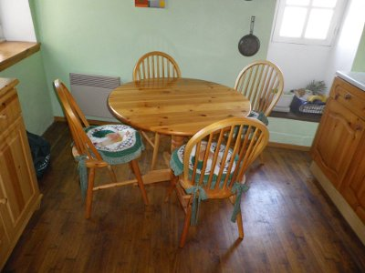 Charmant CIRCULAR PINE KITCHEN TABLE AND 4 CHAIRS